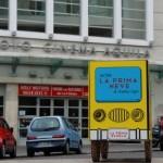 Lo scuolabus di fronte al Nuovo Cinema Aquila