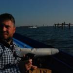 Enrico Arrighi, uno dei ragazzi del lab, sulla barca di Tino, pescatore per passione di branzini e seppioline